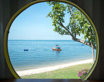 使在掌上型计算机沙子场面夏天树型视图白色的美好的梦想本质靠岸 美丽的树白色沙子海滩 库存照片