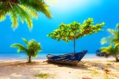使在掌上型计算机沙子场面夏天树型视图白色的美好的梦想本质靠岸 说谎在是的美丽的棕榈树下的老小船 免版税库存图片