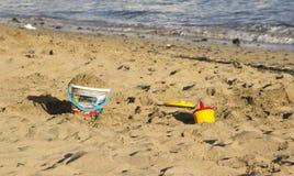 使在沙子的玩具靠岸在海滩 免版税图库摄影