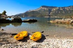 使在海景背景,由海概念的活跃休息的两艘唯一皮船靠岸 免版税库存图片