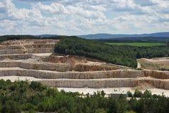 使在深刻的露天开采的石矿、猎物或者表面,露天矿的图片环境美化 免版税库存照片