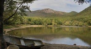 使在湖、山和老小船的看法环境美化 库存图片