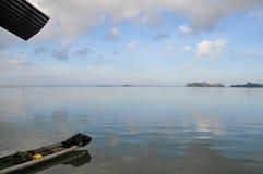 使在湖的一条小船环境美化 免版税库存照片