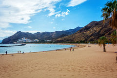 使在特内里费岛沙子的Las Teresitas靠岸从撒哈拉大沙漠 免版税库存图片