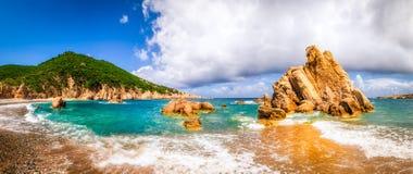 使在肋前缘Paradiso,撒丁岛的风景全景靠岸 免版税库存照片