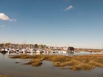 使在船坞小游艇船坞港口停泊的小船环境美化看法场面  库存照片