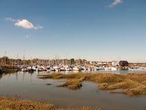 使在船坞小游艇船坞港口停泊的小船环境美化看法场面  免版税库存图片