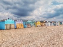 使在英吉利海峡的岸的小屋靠岸 免版税库存照片