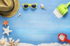 使在蓝色板条,假日夏天的玩具靠岸 免版税图库摄影