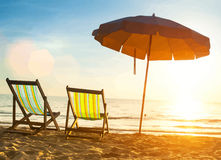 使在离开的海岸海的懒人靠岸在日出 图库摄影