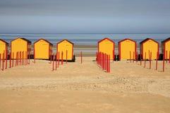 使在De Panne,西弗拉芒省,比利时海滨胜地海滩的客舱靠岸。 库存照片