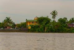 使城市和沙捞越河的看法环境美化 小传统地方清真寺 古晋,婆罗洲,马来西亚 库存图片
