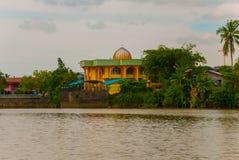 使城市和沙捞越河的看法环境美化 小传统地方清真寺 古晋,婆罗洲,马来西亚 免版税库存照片