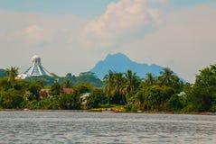 使城市和沙捞越河的看法环境美化 猫博物馆和在天际的一座山 古晋,婆罗洲,马来西亚 库存照片