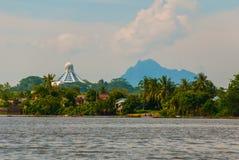 使城市和沙捞越河的看法环境美化 猫博物馆和在天际的一座山 古晋,婆罗洲,马来西亚 免版税图库摄影