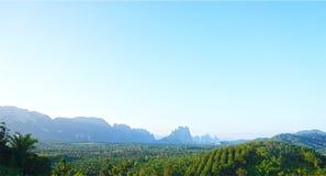 使天空云彩山和森林背景环境美化desi的 库存照片