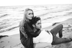 使夫妇夜间爱夏天日落靠岸 库存照片