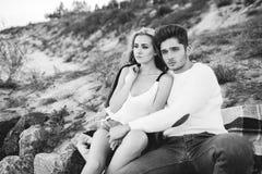 使夫妇夜间爱夏天日落靠岸 免版税图库摄影