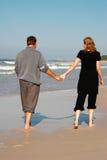 使夫妇年轻人靠岸 免版税图库摄影