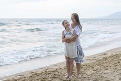 使女儿母亲靠岸 免版税库存照片