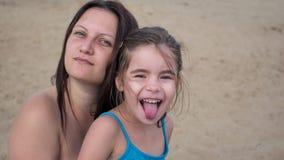 使女儿母亲靠岸 图库摄影