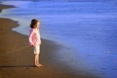 使女孩年轻人靠岸 库存图片
