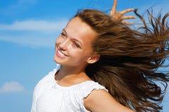 使女孩海洋靠岸 免版税图库摄影