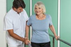 使她的有他的医生的妇女腿恢复原状 库存图片