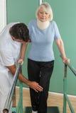 使她的有他的医生的妇女腿恢复原状 免版税库存图片