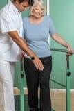 使她的有他的医生的妇女腿恢复原状 图库摄影