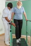 使她的有他的医生的妇女腿恢复原状 免版税库存照片