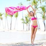 使妇女挥动的围巾靠岸愉快的自由假期 免版税库存照片