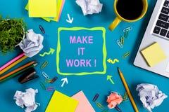 使它工作 办公室有供应的桌书桌,白色空白的笔记本,杯子,笔,个人计算机,弄皱了纸,在木的花 库存照片