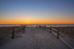 使导致海洋的道路靠岸在日出 库存图片