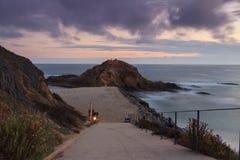使小海湾靠岸在拉古纳海滩,南加州的日落 库存照片