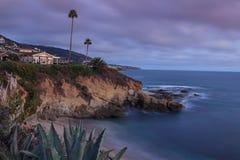 使小海湾靠岸在拉古纳海滩,南加州的日落 免版税库存图片