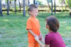 使小男孩镇静下来的母亲 免版税库存图片