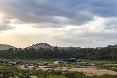 使山、沙子和森林环境美化看法  免版税库存照片