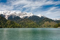 使山和白色云彩背景的湖环境美化  晴朗的日 免版税库存照片