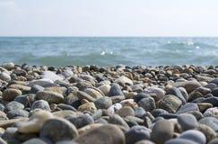 使岩石海运靠岸 免版税库存照片