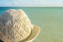 使帽子秸杆妇女靠岸 免版税库存图片