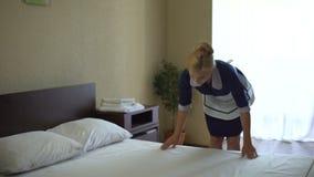 使床单光滑的美丽的女服务生,满意对新的漂白剂行动 股票录像