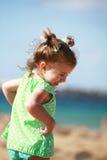 使愉快的女孩靠岸一点 免版税图库摄影