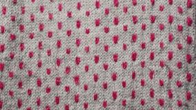 使成环的,抽象纹理,样式 与红色小点的被编织的灰色织品 温暖的围巾关闭 股票录像