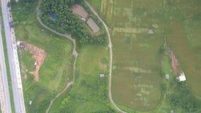 使无边的谷惊奇的风景与路的Flycam影片 影视素材