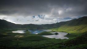使日落视图环境美化对Caldeirao火山口, Corvo海岛,亚速尔群岛,葡萄牙 免版税库存照片