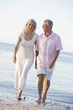 使暂挂微笑的夫妇现有量靠岸 免版税图库摄影