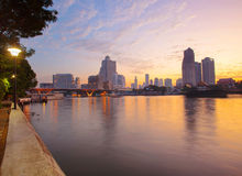 使曼谷城市生活横穿环境美化美好的早晨光  免版税库存图片
