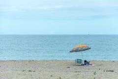 使有一把伞的帐篷在Armacao海滩,弗洛里亚诺波利斯靠岸, 库存图片
