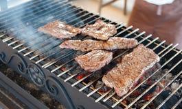 从使有大理石花纹的小牛肉的开胃牛排在格栅油煎 免版税图库摄影